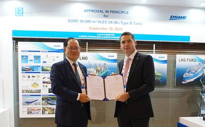 From left to right: Odin Kwon, DSME Executive Vice President and CTO, with Mark Darley, LR's North Asia President during the AiP ceremony at Gastech 2019 in Houston (Photo: LR)