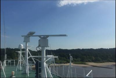 Installation of the NautoScan NX Radar Transceiver on the container feeder Vera Rambow (Photo: Raytheon Anschütz)
