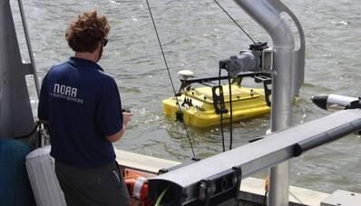 Un scientifique de la NOAA exploite un véhicule de surface autonome dans le port de Gulfport, Mississippi, au cours de l'exercice de technologie navale avancée du Commandant, Naval Meteorology and Oceanography Command le 6 novembre 2019, pour tester et évaluer les nouvelles technologies maritimes. (CNMOC)