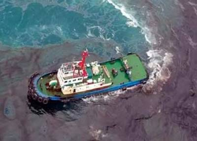 Oil dispersal attempts: Photo courtesy of Royal Thai Navy