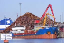 Port handles ship öoad of gritting salt