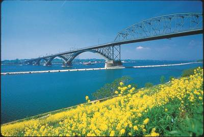 PPG coatings have been used to coat more than 1 billion square feet of surface area in the energy, infrastructure and marine markets, including the Peace Bridge connecting the U.S. and Canada across the Niagara River in New York. The Peace Bridge was last painted with PSX coatings nearly 20 years ago and has not yet needed repainting. (Photo: PPG)