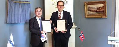 Signing the framework agreement: DSME President & CEO Sung-Geun Lee (L) and DNV GL Group President & CEO Remi Eriksen (R) at the DNV GL headquarters in Høvik.
