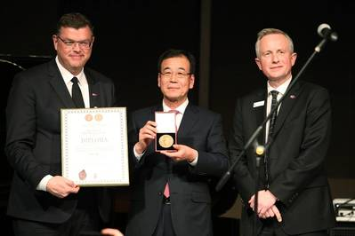 The award was presented to Lee (center) by the Danish Minister for Trade and Development, Mogens Jensen (left), and CEO of the Danish Export Association, Ulrik Dahl (right).