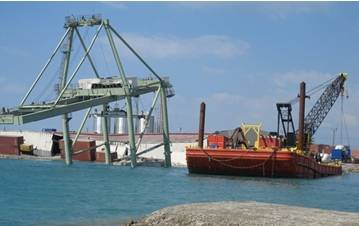 The collapsed Washington Gantry crane in Port-au-Prince (Photos courtesy of USTRANSCOM)