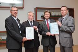 The presentation of the certificate (from left to right): Kai Fock (GL), Christian Suhr (Ahrenkiel), Wolfgang Kempke (Ahrenkiel), Dr. Fabian Kock (GL).