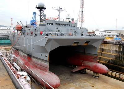 USNS Effective in dry dock (Photo: Bryan Reckard, U.S. Navy)