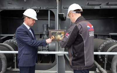 Pictured are, left, Vladimir Bastin, Deputy Director, SCF Engineering Centre, and right, Roman Tseyger, Deputy CEO – Chief Production Officer, Zvezda. (Photo: Zvezda)