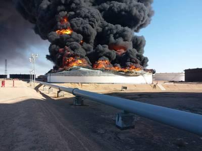 Τη Δευτέρα, η Εθνική Εταιρεία Πετρελαίου επιβεβαίωσε την απώλεια των δεξαμενών αποθήκευσης 2 και 12 στο τερματικό λιμάνι Ras Lanuf (Φωτογραφία: NOC)
