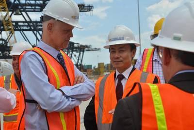 Ο διευθύνων σύμβουλος Port Everglades Steven Cernak και ο πρόεδρος της ZPMC Zhu Lianyu συζητούν την πρόοδο των βελτιώσεων στη σιδηροδρομική υποδομή του γερανού που βρίσκεται ήδη σε εξέλιξη στις αποβάθρες του Southport. Φωτογραφική πίστωση: Το Port Everglades του Broward County