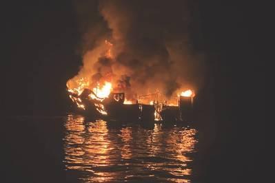 Το καταδυτικό σκάφος Η σύλληψη καίγεται στα ανοικτά των ακτών του νησιού της Σάντα Κρουζ στις 2 Σεπτεμβρίου 2019. (Φωτογραφία που κυκλοφόρησε από το Γραφείο της Sheriff της Santa Barbara)