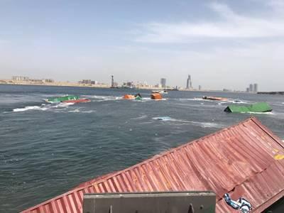 Τα πεσμένα δοχεία - μερικά βυθισμένα, μερικά επιπλέουν - στο σταθμό του Πακιστάν της Νότιας Ασίας στο λιμάνι του Καράτσι (Φωτογραφία: Χασάν Ιαν)