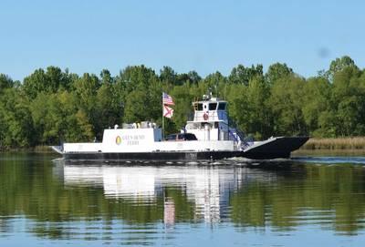 Το πλοίο Ferry First Ferry της Αλαμπάμα άρχισε πρόσφατα να λειτουργεί μετά την μετατροπή του από πετρελαιοκίνητο ντίζελ στο πρώτο μηδενικής εκπομπής ηλεκτρικό όχημα επιβατηγών / αυτοκινήτων με κινητήρα στην Αμερική. Διαθέτει το Τμήμα Μεταφορών της Αλαμπάμα (ALDOT) και λειτουργεί από την HMS Ferries, Το Glosten, που εδρεύει στο Σιάτλ, παρέχει την ιδέα μέσω σχεδιασμού συμβολαίου και τεχνικής υποστήριξης του ναυπηγείου για τη μετατροπή του σκάφους σε ηλεκτροκίνητο. Εικόνες ευγένεια Glosten / ALDOT