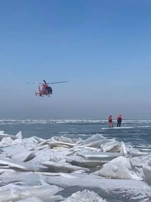 Вертолет с аэродрома Береговой охраны Детройт оказывает помощь в массовом спасении 46 человек с ледяной льдины возле острова Катаваба, 9 марта 2019 года. Береговой охраной и местными агентствами было спасено 46 человек после того, как ледяная поляна освободилась от земли. (Фото Береговой охраны США)