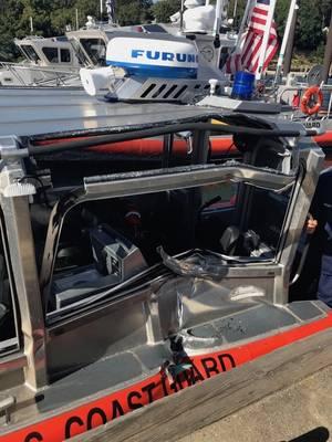 Взгляните на крупный план повреждения 29-футовой реактивной лодки небольшой после того, как она столкнулась с другой 29-футовой реактивной лодкой во время тренировки в Фалмуте, штат Массачусетс, в среду, 5 сентября 2018. (фото береговой охраны США)
