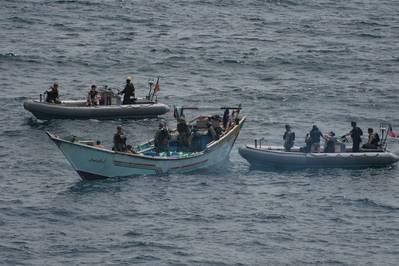 Группа по визиту, борту, поиску и изъятию из USS Джейсон Данхэм (DDG 109) проверяет лодку, на которую было отправлено более 1000 незаконных видов оружия. (Фото ВМС США от Мэтта Боденнера)