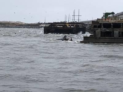 Полупогруженный буксир «Мисс Бонни» садится в воду после того, как соединился со Старым мостом Боннер в Орегонском заливе, Северная Каролина. (Фото береговой охраны США любезно предоставлено станцией береговой охраны Орегон-Инлет)