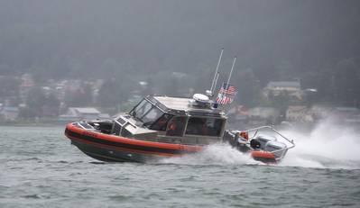 Члены береговой охраны Джуно проверяют возможности своей новой 29-футовой ответной лодки - SMALL II, в Джуно, Аляска, 10 июля 2018 года. RB-S II - это обновление до текущей 25-футовой ответной лодки - SMALL и должен скоро покончить с этим. (Фотография Береговой охраны США от Джона-Поля Риоса)