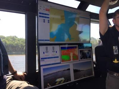 На футуристическом автономном судне Metal Shark, основанном на технологиях ASV Global, самый активный строительный строительный корабль побережья Мексиканского залива объединяется с ведущей силой в морской автономии. Дисплей, показанный здесь, - это то, что может видеть автономный водитель ASV, находящийся за тысячи миль от судна, на котором он или она едет. Изображение: Кредит Джозеф Киф