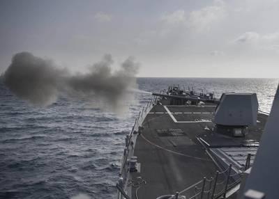 أطلقت مدمرة الصواريخ الموجهة بالولايات المتحدة USS Preble (DDG 88) بندقية 45 بوصة من نوع مارك 45 خلال تمرين حريق. (صورة للبحرية الأمريكية من قبل اختصاصي الاتصال الجماهيري من الدرجة الثالثة مورجان ك. نال / أطلق سراحه)