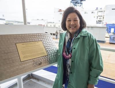 إيرين هيرانو إينوي ، زوجة السناتور الراحل ، وميدالية Inouye الحائزة على وسام الشرف في الحرب العالمية الثانية (تصوير: General Dynamics Bath Iron Works)