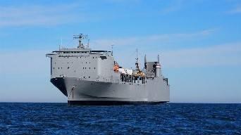 استعداد سفينة الإحتياطي كيب راي على المهمة التاريخية التي دعمت وكالة الحد من التهديد الدفاعي لتحييد الأسلحة الكيميائية. (الصورة من وزارة النقل الأمريكية)