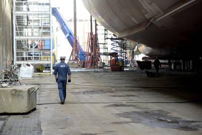 """الملازم ج. ج. ريان توماس ، مفتش بحري في قطاع خفر السواحل في خليج ديلاوير ، يسير تحت سفينة """"كايمانا هيلا"""" ، وهي سفينة حاويات بطول 850 قدمًا تم بناؤها في فيلادلفيا لبناء السفن ، 4 أكتوبر ، 2018. وكيمانا هيلا ودانيال ك. أكبر حاويتين تم بناؤهما على الإطلاق في الولايات المتحدة (صور خفر السواحل سيث جونسون)"""