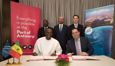 من اليسار إلى اليمين: أبوكاكار سيديخ بيي، الرئيس التنفيذي لميناء داكار - كريستوف واترسشوت، المدير الإداري ل باي / أبيك (الشركات التابعة لميناء أنتويرب). صور: ميناء أنتويرب