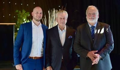 من اليسار إلى اليمين: Eric Moerkerk ، و Kommer Damen (رئيس مجلس إدارة مجموعة Damen Shipyyards Group) وفريتس فان دونغن.