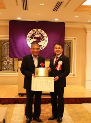 من اليمين ماساشي كاشيواجي ، رئيس جاسناو ، نوريو كانايا ، قبطان هيكاوا مارو. الصورة: NYK