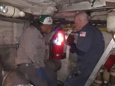 جون بافيا ، كبير موظفي أمر خفر السواحل ، يتفقد سفينة مجرى المياه في نيويورك بمساعدة أحد أفراد الطاقم في 23 نوفمبر 2019. وتفقد خفر السواحل جميع العبارات التشغيلية لنيويورك ووترواي في أقل من أسبوعين. (تصوير: ضابط الصف الثالث جون هايتوي ؛ صورة مجاملة لخفر السواحل الأمريكي)