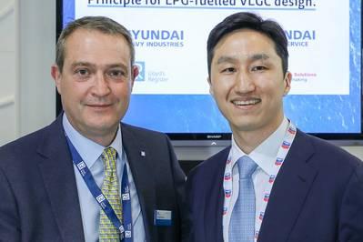 ديفيد بارو ، المدير التجاري لشركة LR - Marine & Offshore يقدم برنامج AiP إلى Kisun Chung ، نائب المدير التنفيذي في المجموعة Group / Offshore Marketing لـ HHI والرئيس التنفيذي لشركة هيونداي العالمية في شركة Gastech (الصورة: LR)