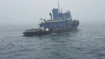 زورق القطر 80 قدم كابت ماكينتير في سحب يوم الأربعاء، فبراير 21. غرقت زورق في وقت لاحق حوالي ثلاثة أميال جنوب كينيبونك، مين. (الولايات المتحدة صورة خفر السواحل)