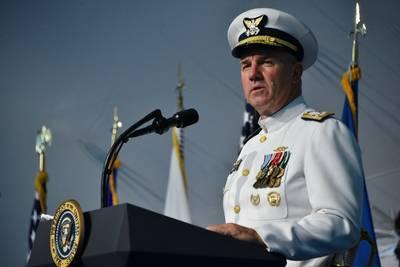 قائد خفر السواحل الامريكية الاميرال كارل L. شولتز