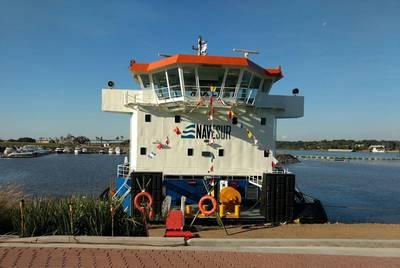 كانت السجادة الحمراء متاحة للزائرين ليأتون على متن السفينة في حفل تكليف Tebicuary 3. Photo: Cummins / Haig-Brown