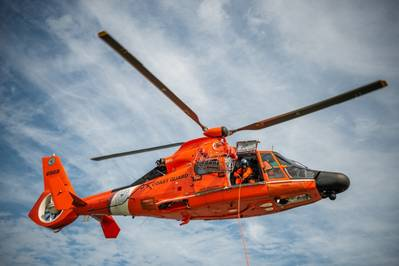ملف الصورة: طائرة هليكوبتر دولفين من طراز MH-65 من محطة خفر السواحل الجوية في نيو أورليانز (صورة خفر السواحل الأمريكي بواسطة ترافيس ماجي)