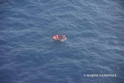 وكان ثلاثة من أفراد طاقم السفينة بوربون رود البالغ عددهم 14 فرداً في قارب نجاة وتم إنقاذهم يوم السبت. يبحث المستجيبون عن 11 ما زالوا مفقودين. (الصورة: البحرية الوطنية)