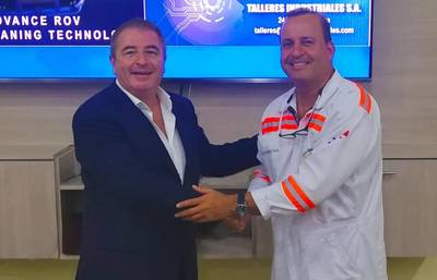 ويليام هيل ، نائب رئيس HullWiper (يسار) و Talleres Industriales المدير العام ، Lino Arosemena. الصورة: HullWiper