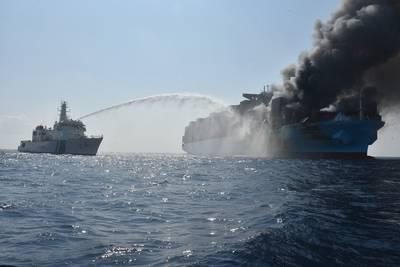 يخوض حرس السواحل الهندي حريقًا على متن السفينة ميرسك هونام في وقت سابق من هذا الشهر (تصوير: حرس السواحل الهندي)