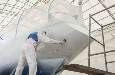 يقول محلل السوق Frost & Sullivan إنه يتعين على شركات بناء السفن وشركات الإرساء الجاف العمل مع أخصائيي الطلاء البحري لضمان تطوير الطلاءات البحرية عالية الأداء والمستدامة بيئياً والتي يمكن أن تحمي البيئة وتزيد من كفاءة استهلاك الوقود للاستخدام في القطاع البحري. (الصورة © Adobe Stock / PiyawatNandeenoparit)