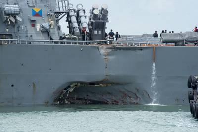 अगस्त 2017 में व्यापारी पोत अलिनीक एमसी के साथ टकराव के बाद विध्वंसक यूएसएस जॉन एस। मककेन (डीडीजी 56) के बंदरगाहों को नुकसान (यूएस नौसेना फोटो जोशुआ फुल्टन द्वारा)