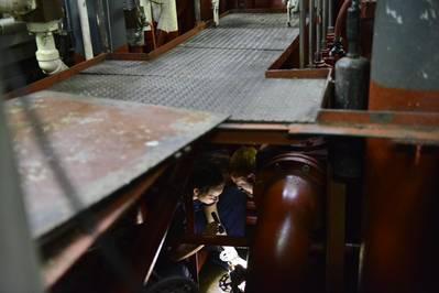 कोस्ट गार्ड कटर के सदस्य पोलर स्टार के इंजीनियरिंग विभाग ने जहाज के मोटर रूम (निक अमीन द्वारा अमेरिकी तट रक्षक फोटो) में मरम्मत की है