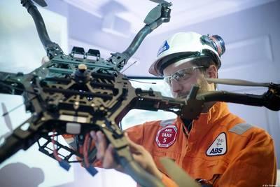 एक ड्रोन के साथ एक एबीएस तकनीशियन। स्रोत: एबीएस
