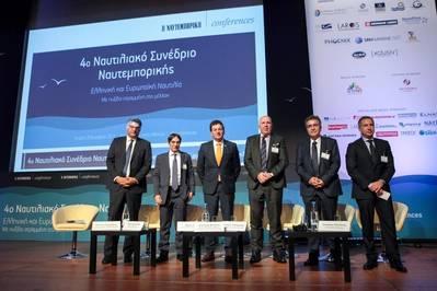 पैनल प्रतिभागियों में वेन जोन्स (दाएं से तीसरा), पैनोस जचारीड्स, तकनीकी प्रबंधक, अटलांटिक थोक वाहक प्रबंधन के साथ शामिल थे; Dimitris Matthaiou, सीईओ, Arcadia शिपमैजमेंट / एजियन थोक; Georgios Polychroniou, सामरिक और कॉर्पोरेट गतिविधियों के विकास के समन्वयक निदेशक, सार्वजनिक गैस निगम (डीईपीए) एसए - पोसीडॉन मेड II परियोजना प्रबंधक; और सीमर्जी मैरीटाइम होल्डिंग्स के अध्यक्ष और सीईओ स्टैमेटिस त्संतानिस (फोटो: मैन एनर्जी सॉल्यूशंस)
