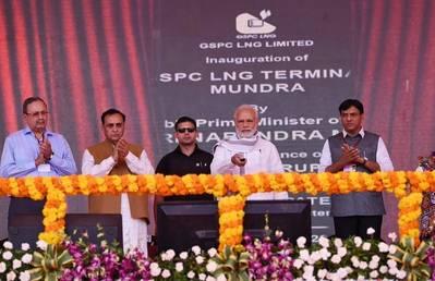 प्रधान मंत्री नरेंद्र मोदी ने मुंद्रा एलएनजी टर्मिनल और अंजर का उद्घाटन किया। प्रेस प्रेस सूचना ब्यूरो, भारत सरकार द्वारा फोटो