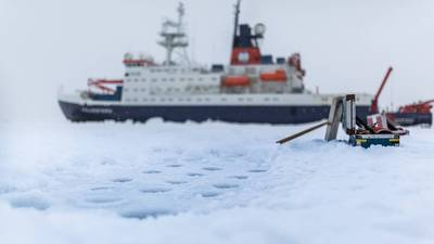 एक बर्फ स्टेशन के दौरान जर्मन अनुसंधान पोत पोलरस्टर्न। आर्कटिक समुद्री बर्फ से बर्फ के कोर और पानी के नमूनों को निकालने के लिए ड्रिल किए गए छेदों का दृश्य। (फोटो स्टीफन हेन्ड्रिक्स / एडब्ल्यूआई)