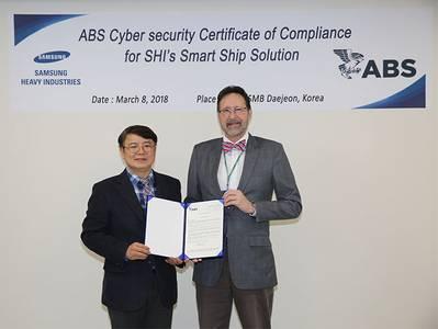 बाएं से दाएं: एसएचआई और पॉल वाल्टर्स के डॉ। दांग येन ली, एबीएस निदेशक, ग्लोबल साइबर सिक्योरिटी (फोटो: एबीएस)
