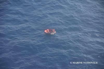 बोरबॉन रोड के 14 क्रू सदस्यों में से तीन एक लाइफबोट में स्थित थे और शनिवार को बचाया गया। 11 ऐसे खोजे जा रहे हैं जो अभी भी गायब हैं। (फोटो: मरीन नेशनले)