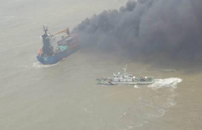 भारतीय ध्वजांकित कंटेनरशिप एसएसएल कोलकाता ने 13 जून को बंगाल की खाड़ी में आग लग गई और भारतीय तट रक्षक की फोटो सौजन्य)