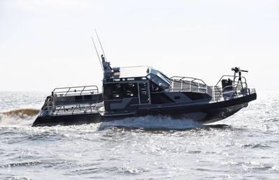 एक मेटल शार्क 45 डिफेंट गश्ती पोत, मेटल शार्क के जीनरेट, लुइसियाना यूएसए उत्पादन सुविधा में पेरू नौसेना के लिए बनाए जा रहे जहाजों के समान है।
